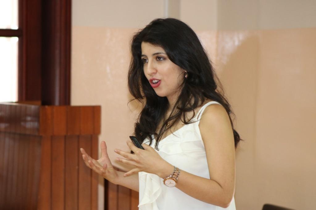 Mujer exponiendo, iDSpeech Divulgación Científica de alto impacto